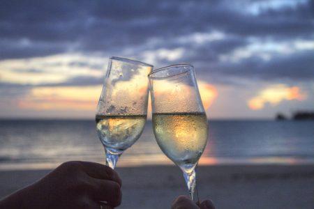 浪漫情侣海边干杯庆祝