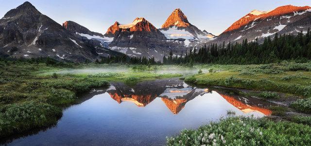 天空山峰湖水背景