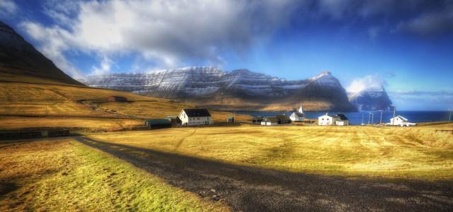 蓝天白云下的农庄高清背景图片素材下载