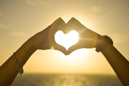 日落时用手制造的爱心