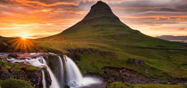 山峰瀑布夕阳背景