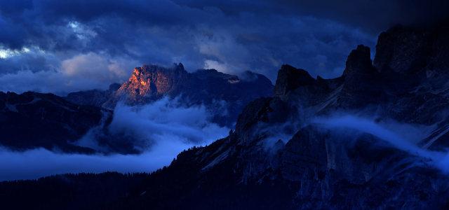 夜晚山峰背景