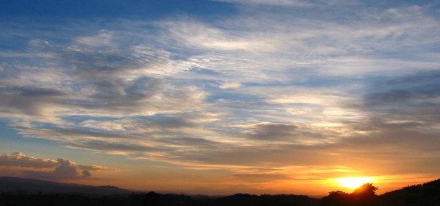 蓝天白云夕阳背景