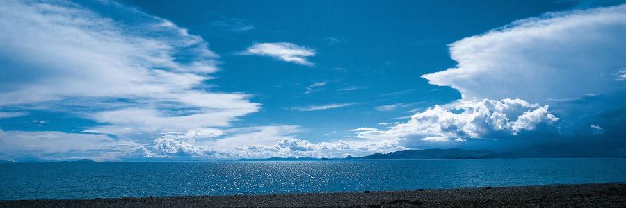 蓝天云朵海报背景图