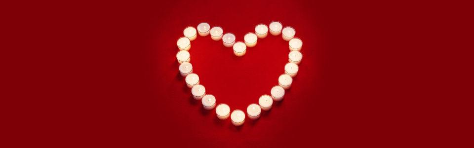 蜡烛拼接爱心海报背景