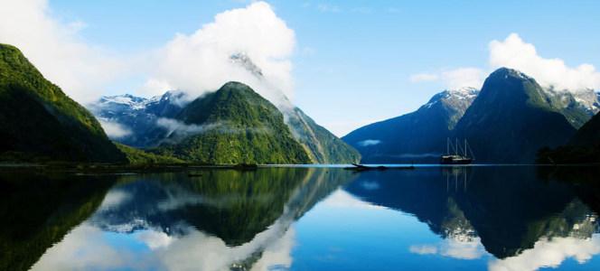 美丽湖面倒影海报背景