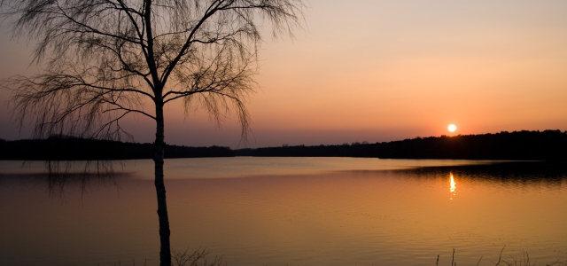 夕阳湖水背景