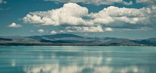 天空白云湖水背景