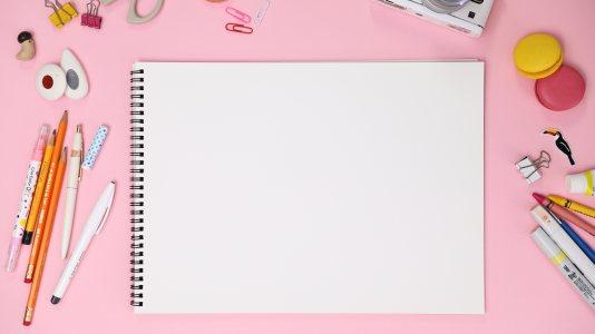 粉红色办公桌面背景