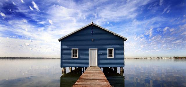 蓝天白云大海房子背景
