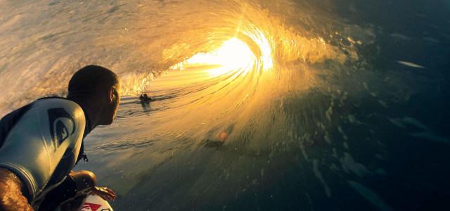 海浪中的男人高清背景图片素材下载