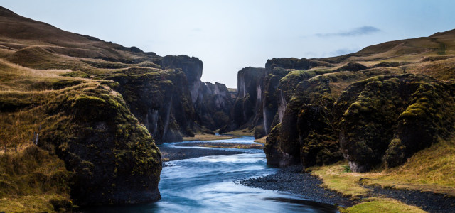 山坡下的河流