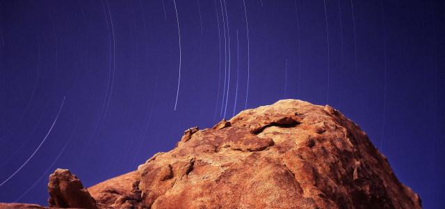 岩石星空背景