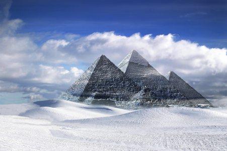 埃及金字塔冰雪背景