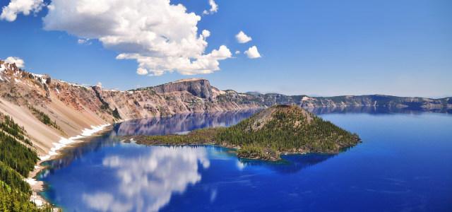 蓝天白云湖水背景