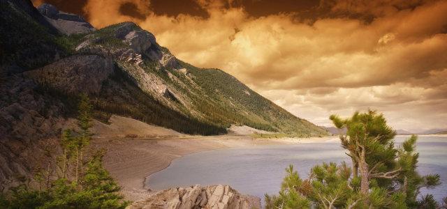 天空高山湖水背景