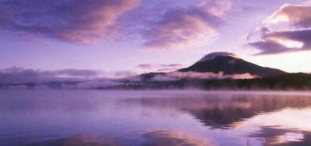 天空湖水背景