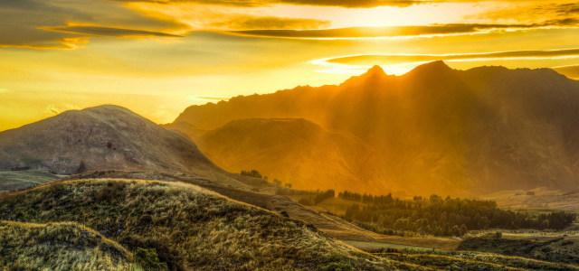 夕阳下的山峰高清背景图片素材下载
