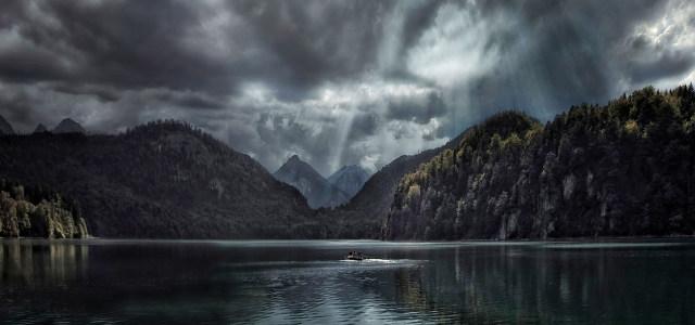 高山湖面背景