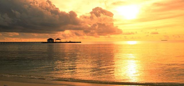 天空太阳大海背景