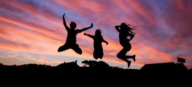 夕阳下 跳跃的人物摄影下载高清背景图片素材下载
