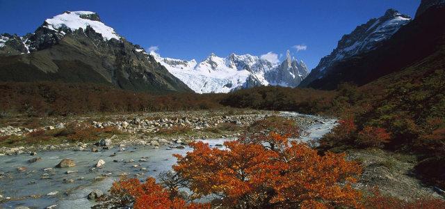 雪山天空河流背景