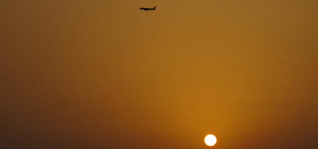 天空飞机太阳背景