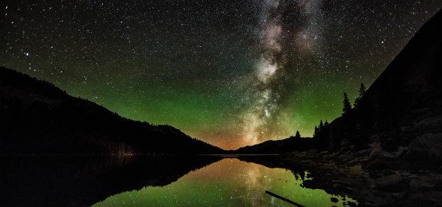 夜晚河流山峰背景
