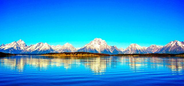 天空湖水雪山背景