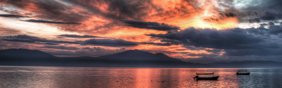夕阳云朵高山背景