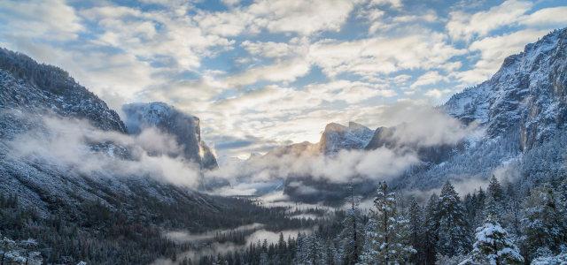 蓝天白云雪山背景